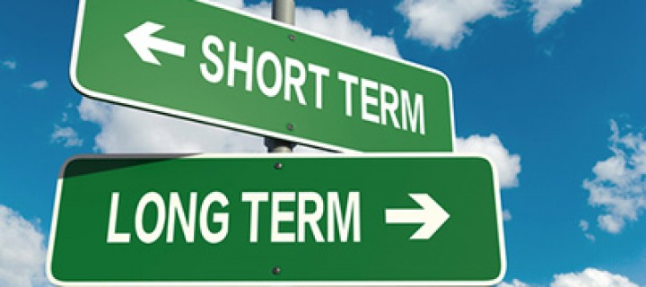 Deux paneaux de signalisation avec écrit long terme et court terme