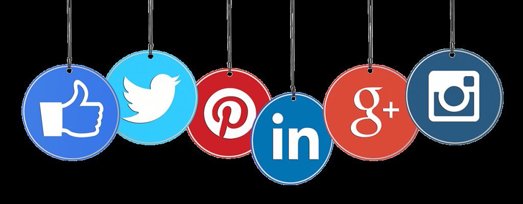 Des pendentifs avec les logo de plusieurs réseaux sociaux : twitter, pinterest, linked in, google+ instagram et facebook