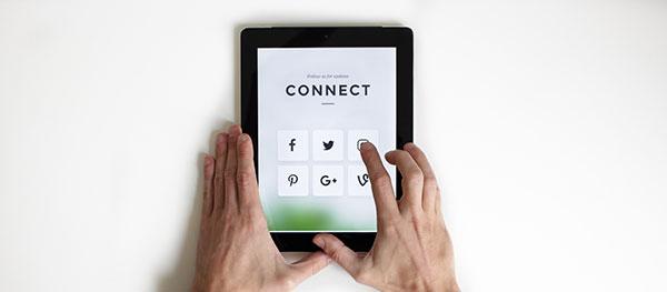 mettez des boutons réseaux sociaux pour inciter vos clients à vous suivre