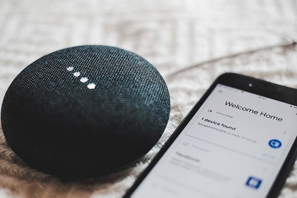 les assistant numériques personnels tels que Siri sur Ios ou encore google assistant sur android sont à l'origine du déploiement de la recherche vocale